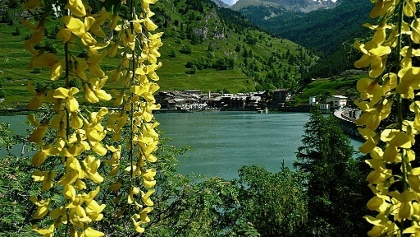 Lago di Castello mit der Ortschaft Castello am Ufer gegenüber.