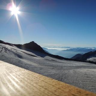 Aussicht zur Becherhaus von Müllerhütte. Am Horizont die Dolomiten.
