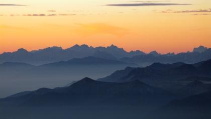 Sonnenaufgang auf der Müllerhütte, Blick richtung Ridnaun. Am Horizont die Dolomiten.