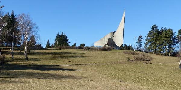 Emlékmű és domb
