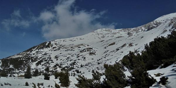 Meja steigt hinter dem Bergkamm, der auch nach Rušnati vrh führt