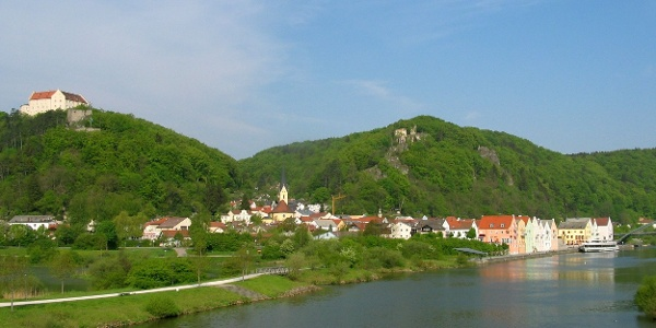 Blick auf Riedenburg mit Rosenburg und den Burgruinen Rabenstein und Tachenstein
