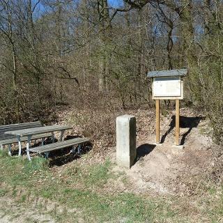 Infotafel und Grenzstein