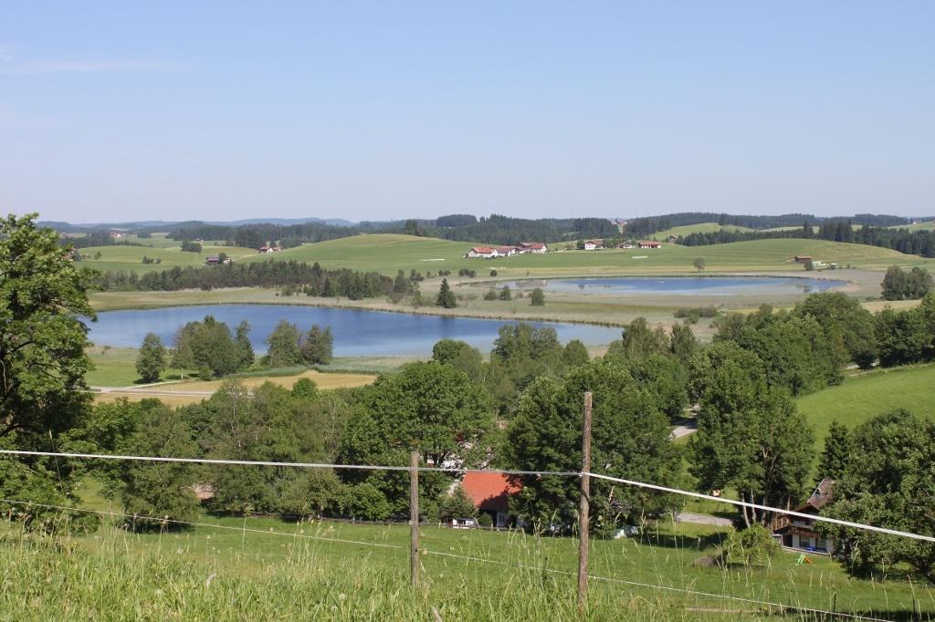 Seeger Seen - Blick vom Seeger Berg über die Seeger Seen / Im Hintergrund der Ortsteil Seeweiler - © Quelle: Tourist-Information Seeg