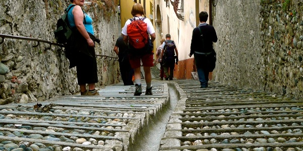 Ankunft im historischen Zentrum von Costigliole Saluzzo.