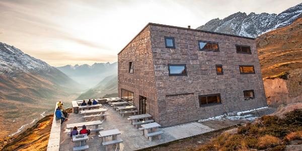 La cabane Anenhütte du Lötschental au crépuscule