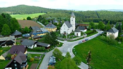 Pisweg, Gemeinde Gurk, mit der Pfarrkirche Hl. Lambert - Westansicht - Flugaufnahme