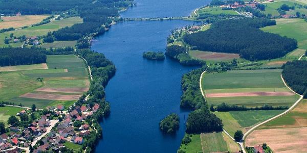 Panoramablick auf die nord- östliche Seite des Rothsees mit den Wäldern, Wiesen und Dörfern.