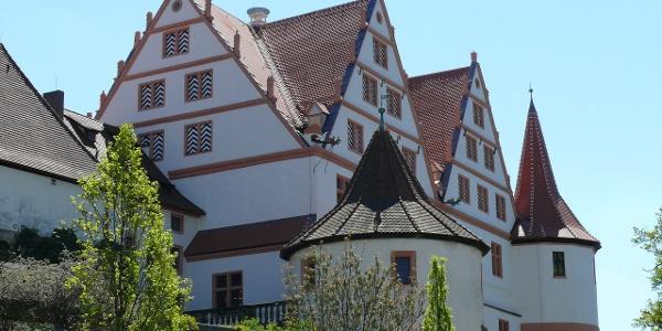 Blick auf das Schloss RAtibor in Roth mit grünen Hecken im Vordergrund.
