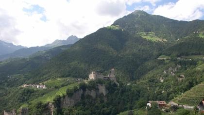 Die Erdpyramiden von Dorf Tirol befinden sich unmittelbar oberhalb von Schloss Tirol (Bildmitte rechts). Im Hintergrund die fast 2.300 Meter hohe Mutspitze mit den bekannten Muthhöfe in schwindelerregender Höh.