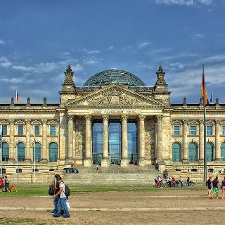 Das Reichstagsgebäude am Platz der Republik in Berlin