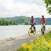 Rheinradweg bei Brey mit Blick auf die Marksburg