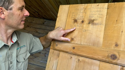 Historische Einträge an der Hüttentüre © ÖBF Nationalparkbetrieb Kalkalpen