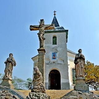 Barokk keresztek és szobrok a márianosztrai kálvária tetején