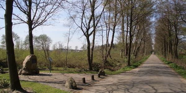 Station 8 a. und b. - Wilde Äcker - Gedenkstein zur Schlacht