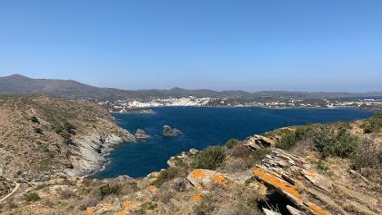 Blick auf die hübsche kleine Küstenstadt Cadaqués an der schroffen Costa Brava
