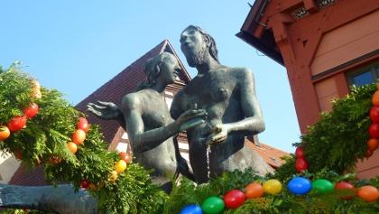 Marktbrunnen von Karl-Ulrich Nuss im österlichen Schmuck