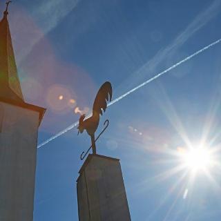 Kirchturm und Stele
