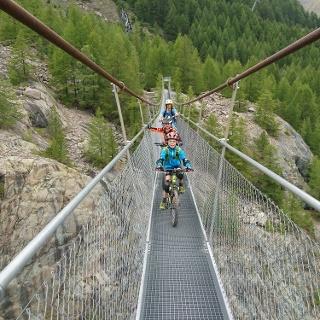 Over the suspension bridge back to Furi