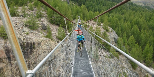 Over the suspension bridge back to Furi