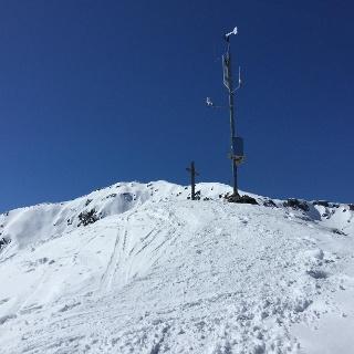 Sonntagsköpfl, Gipfelkreuz und Wetterstation, im Hintergrund links vom Gipfelkreuz der Große Gilfert