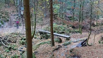 Foto Felsenpfad von Khaa - Brücke in Tal