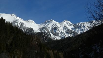 Blick von Neuberg in Richtung oberer Karlgraben zwischen Karleck (links) und Grünkogel (rechts)
