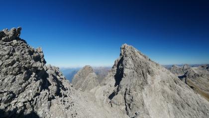 Am NO-Grat der Hochfrottspitze mit Blick auf den SW-Grat der Mädelegabel. Mittig im Hintergrund, die Trettachspitze