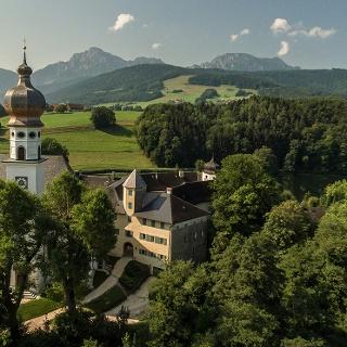 <![CDATA[Das ehemalige Kloster Höglwörth, im Hintergrund das Hochstaufen Massiv]]>