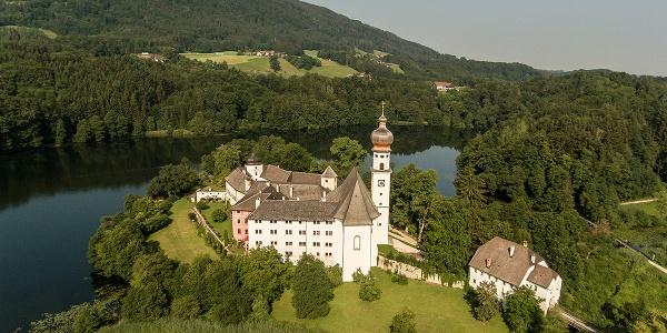 <![CDATA[Höglwörther See und Kloster von oben]]>