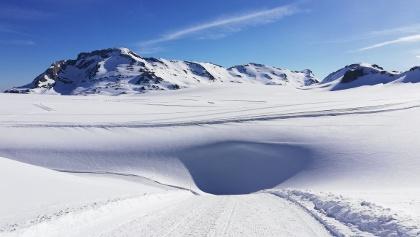 Vue sur le glacier avec crevasse en avant-plan