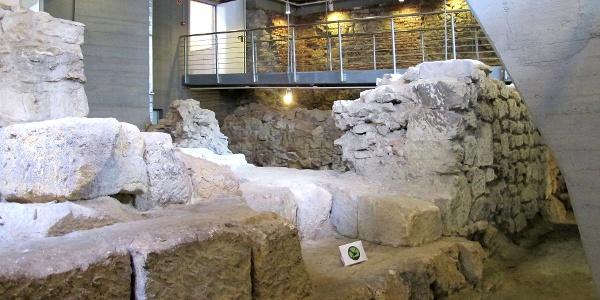 Évszázados falak a Tűztorony fogadóközpontjának alagsorában