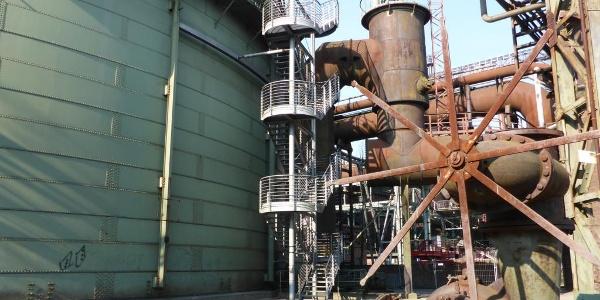 Tauchgasometer mit Treppe zum luftigen Eingang in 12 Meter Höhe
