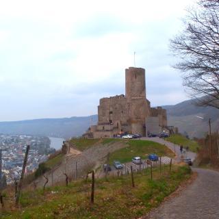 Burgruine Landshut thront hoch über dem Moseltal