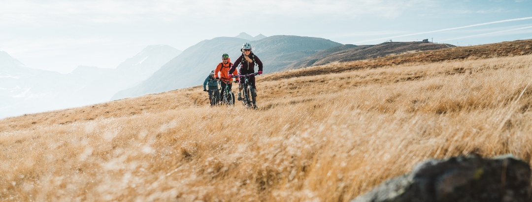 Mountain bikers at the beginning of the descent from Gspon to Brig