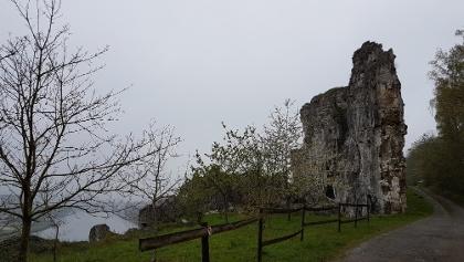 De Grand Muraille. Links de natuurlijke rotswand boven Maas en drukke verkeersweg. Rechts de onnatuurlijke wand die ontstaan is als gevolg van de activiteiten van een voormalige steengroeve.