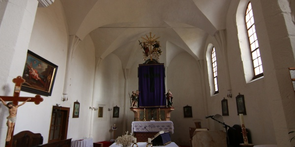 Az alsópetényi templomban az átépítések ellenére felismerhetők a gótikus alapok