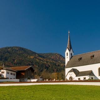 <![CDATA[Die Pfarrkirche St. Jakobus in Aufham im Sommer]]>