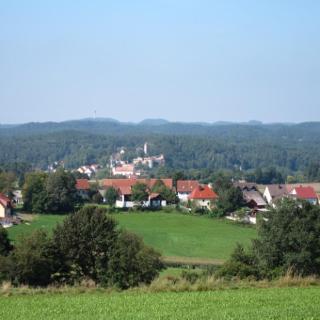 Blick auf Neuhaus a. d. Pegnitz mit Burg Veldenstein