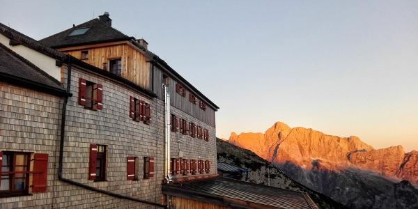 <![CDATA[Der Sonnenaufgang am Hochkalter von der Terrasse des Watzmannhaus aus beobachtet]]>