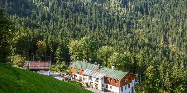 <![CDATA[Das Wirtshaus Wachterl an der Alpenstraße in Ramsau]]>