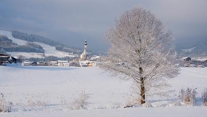 <![CDATA[Winterlicher Blick zur Pfarrkirche Anger]]>
