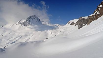 rechts unter den Felsen geht die Skitour in Richtung Piz Turba