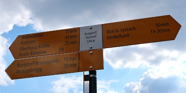 Wegweiser beim Bahnhof Burgdorf Steinhof.