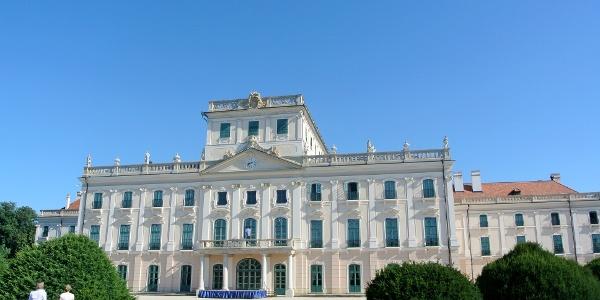 A fertődi kastély hátsó frontja