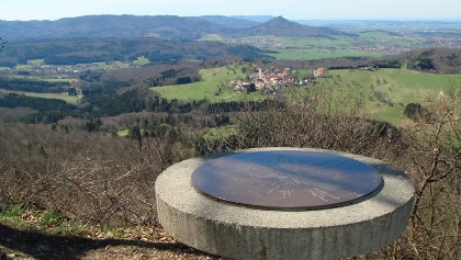 Ein sagenhafter Aussichtspunkt mit Blick u.a. zum Hohenzollern - der Dreifürstenstein