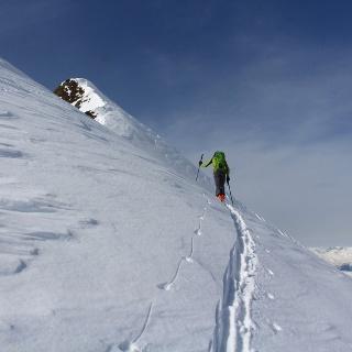 Steile Hänge führen zum namenslosen Gipfel oberhalb des Langgrubenjoches, eine kleine Fleißaufgabe