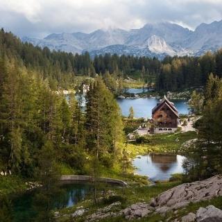 Koča pri Triglavskih jezerih - eingebettet in großartiger Natur