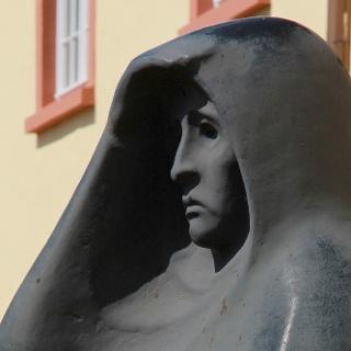 """Die Bronzeplastik """"Die Ausschauende"""" des Weidenauer Bildhauers Hermann Kuhmichel auf dem Platz des Unteren Schlosses"""