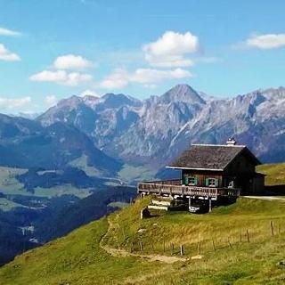Die Mahdalmhütte mit Blick über Lungötz nach Weste
